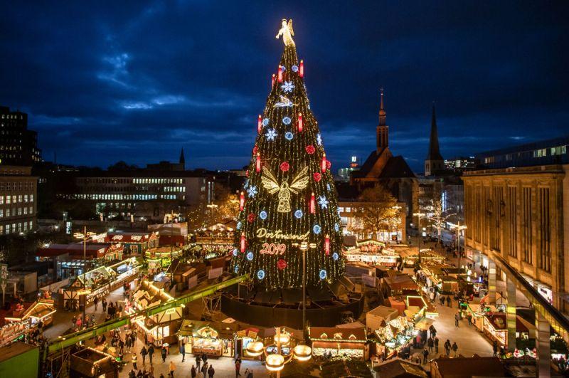 Рождественская елка в Дортмунде, Германия. По словам организаторов, это самая большая елка в мире, она состоит из 1700 отдельных красных елей из региона Зауэрланд.
