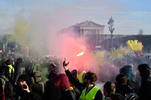 Участники всеобщей забастовки на улицах Парижа.