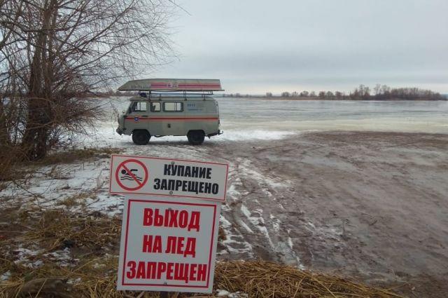 62-летний мужчина проигнорировал запрещающий аншлаг и уговоры друзей не выходить на неокрепший лёд.