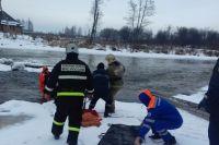 72-летнюю женщину спасли из воды и передали сотрудникам скорой медицинской помощи.