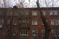 Часть шифера на крыше дома № 3 по ул. Кустовой отвалилась.