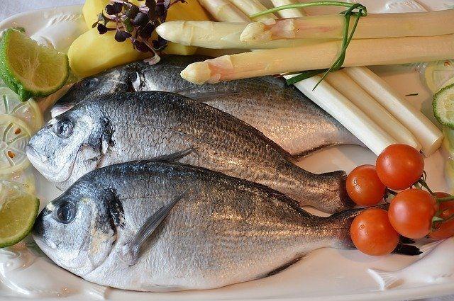 Варить рыбу следует порционными кусками не менее 20 минут с момента закипания