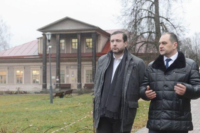 Губернатор (слева) осматривает тенишевскую усадьбу вместе с директором Смоленского музея-заповедника.