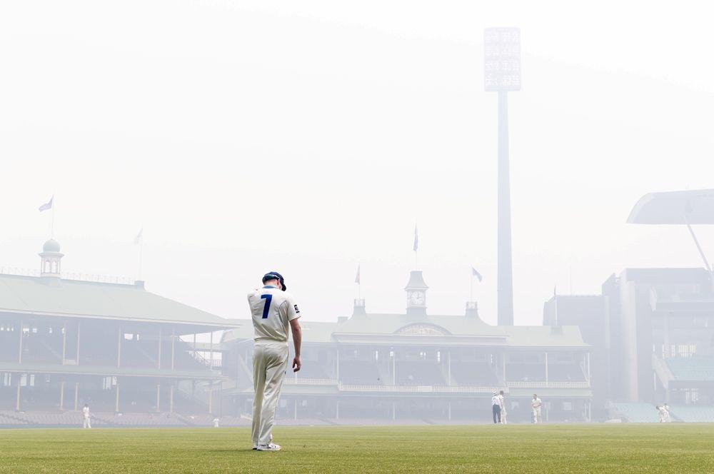 Игрок из команды по крикету на поле стадиона в Сиднее.