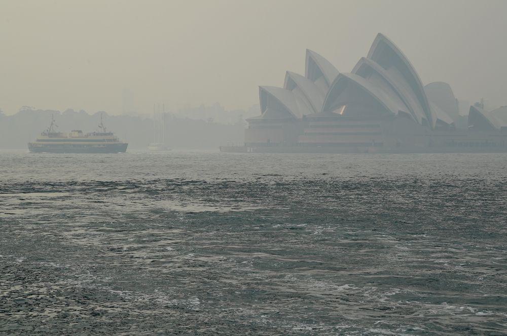 Сиднейская опера в дымке от лесных пожаров.