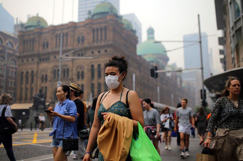 Пешеходы в масках в Сиднее.