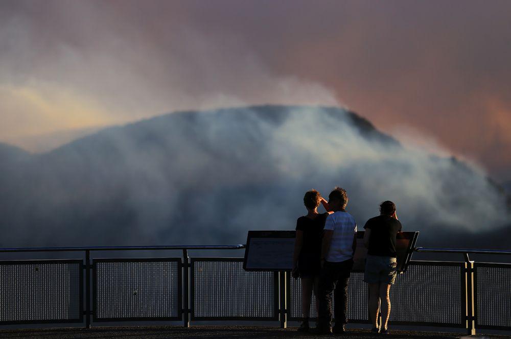 Дым от лесных пожаров над рекой Грин-Уотл-Крик, вид со смотровой площадки Эхо-Пойнт в Катумбе.