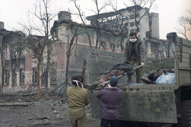 Работа специальной бригады ГКЧС РФ подбирает трупы убитых на улицах города. События первой Чеченской войны 1994-1996 года.