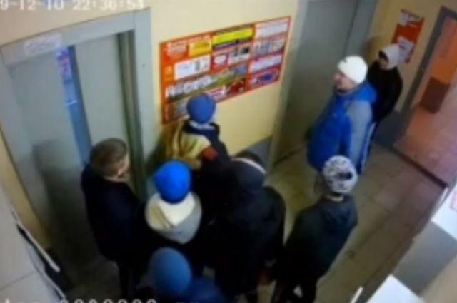 На толпу малолетних хулиганов жалуются жители многоквартирных домов и сотрудники местных магазинов.