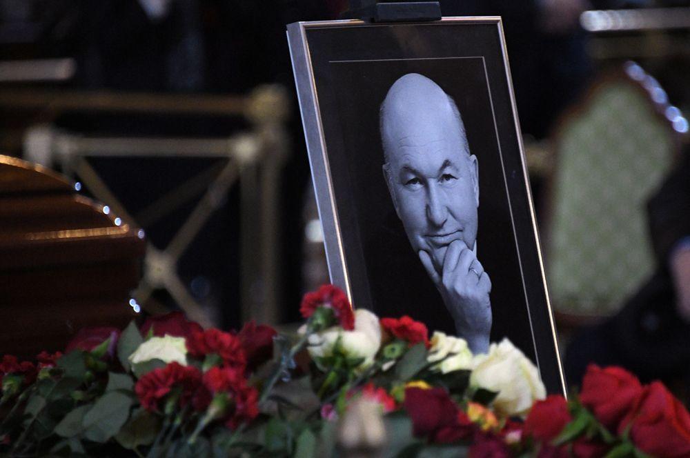 Портрет бывшего мэра Москвы Юрия Лужкова в храме Христа Спасителя, где проходит траурная церемония.
