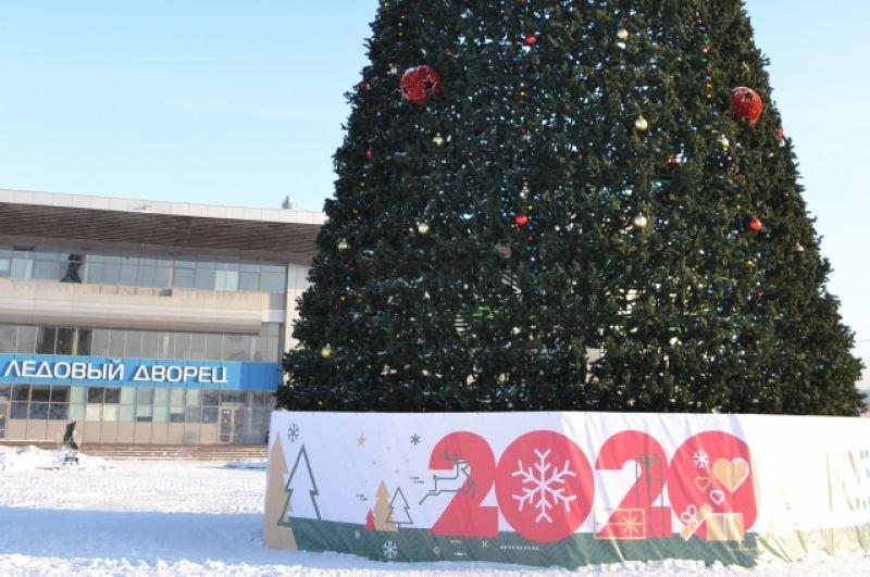 Ленинск-Кузнецкий. Главная ёлка красуется на площади торжеств им. Валентина Мазикина – самой большой в городе. Она была куплена в 2013 г. Высота 24 метра. Рядом, по традиции, горки, ледовые фигуры, каток.