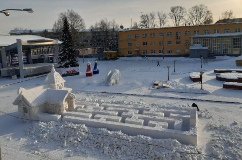 В Берёзовском четыре ёлки и все натуральные: две растущие и две срубленные. На главной городской площади установлена ель, снежные фигуры, горки и лабиринт.