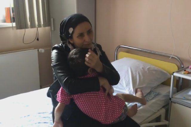 Мама навещает девочку в больнице и вскоре сможет забрать её домой