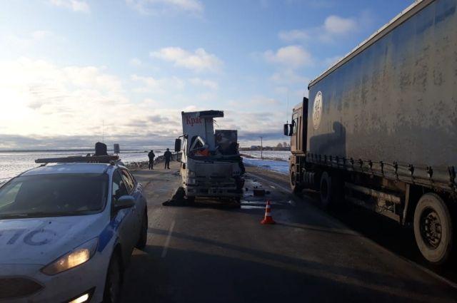 В ДТП на трассе Екатеринбург – Тюмень погиб водитель грузовика Isuzu