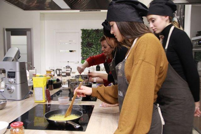 На мастер-классе учили готовить басту, соус, закуски и десерт