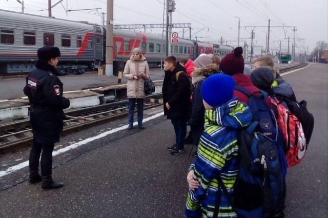 Сотрудники транспортной полиции в преддверии зимних каникул рассказывают школьникам о правилах безопасного поведения на железной дороге