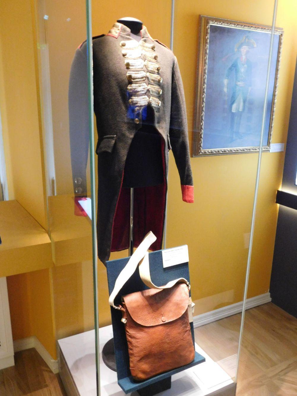Мундир лейб-батальона Лейб-гвардии Преображенского полка образца 1800 г. Внизу – сухарная сумка, 1800 г.