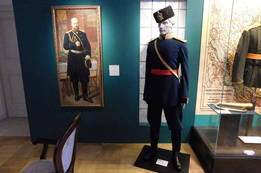 Капитан армейской пешей артиллерии 1882 г. Александр III вводит упрощённую «русскую» форму. Реконструкция.