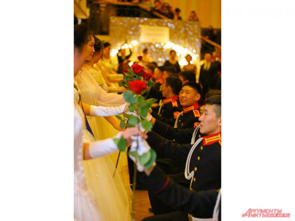 На специальной церемонии кадеты подарили своим очаровательным партнёршам алые розы