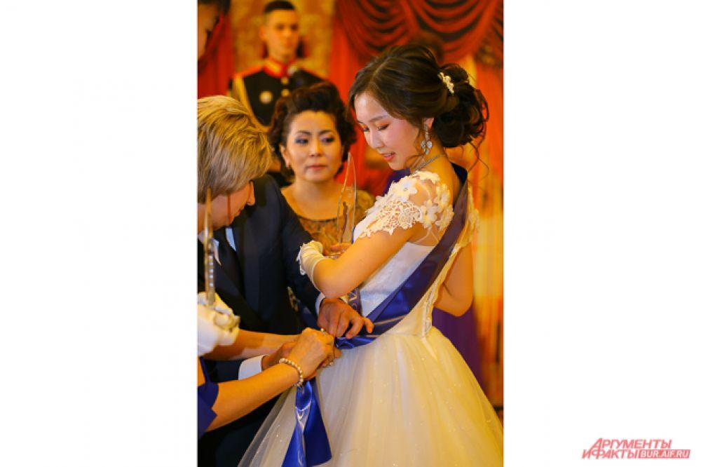 А позже среди танцоров выбрали короля и королеву бала, которым вручили специальные статуэтки и прикололи синие ленты через плечо.