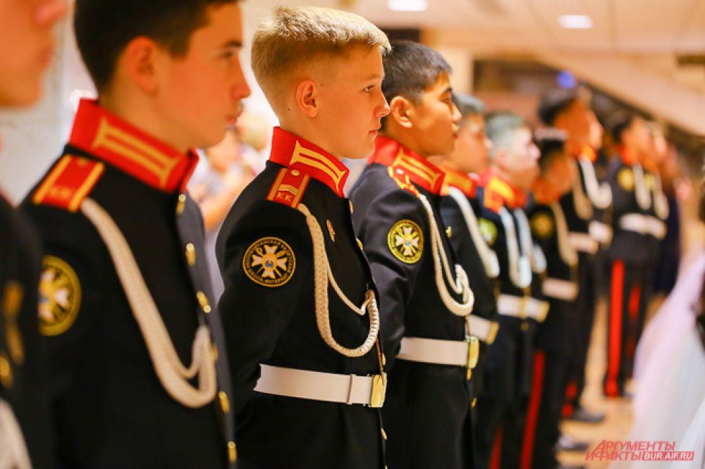 Юноши, как и полагается кадетам, облачились в парадную униформу