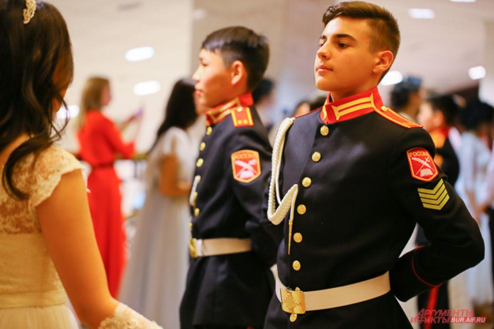 В кадетской школе мальчики кроме обычного образования проходят военную подготовку, а также учатся дисциплине, мужеству, языкам, боевым искусствам и танцам.