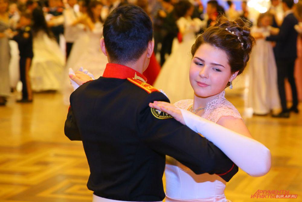 А после зал заполнили пары, танцующие французскую кадриль, венский вальс, кадетскую польку, вальс-бостон и т.д.