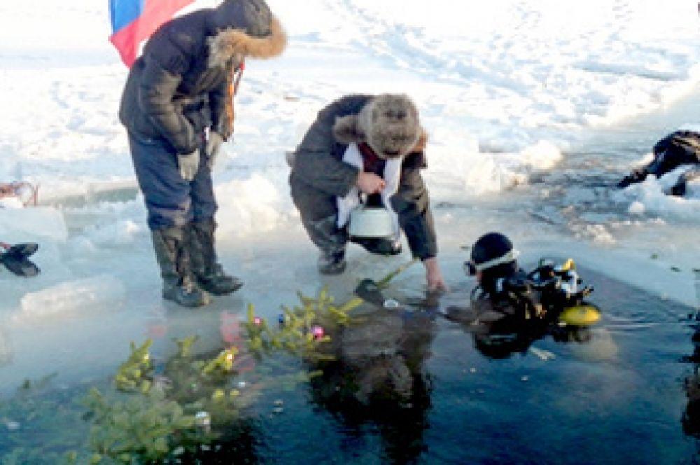 В 2008 году в Новосибирске установили новогоднюю елку на дне озера Надежда, которое находится в центре города на пересечении улицы Фрунзе и Каменской магистрали. Свидетелями незабываемого зрелища стали более 100 человек, которые собрались на берегу водоема и принесли с собой новогодние игрушки для украшения елки.