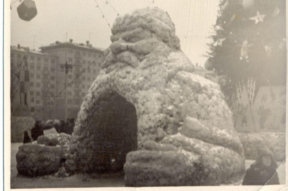 В 70-80-е годы новогодние убранства главной площади практически не отличались друг от друга. Разве, что немного изменялись снежные фигуры.