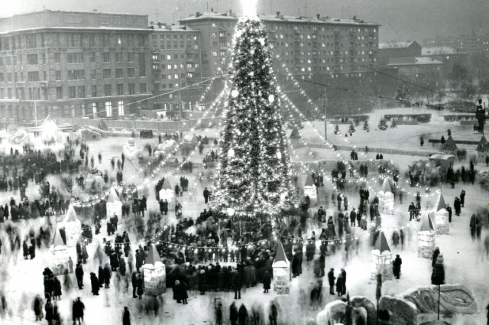 Впервые 20-метровая елка с разноцветными игрушками и световыми гирляндами появилась в Новосибирске в 1954 году на площади Ленина (тогда она еще называлась площадью Сталина). Жителей встречал сказочный городок с ледяными горками. Возле избушки на курьих ножках располагался духовой оркестр. Ребят у елки развлекали затейники Городского дома пионеров. На первую елку города из казны выделили 15,5 тысяч рублей. Это немалые деньги по тем временам.