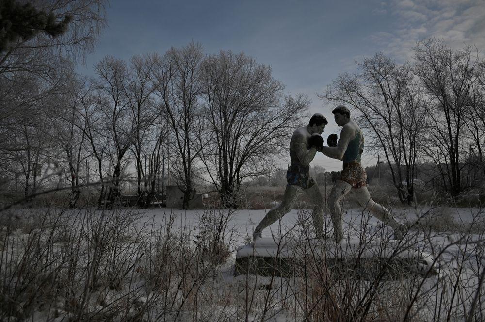Статуя боксеров в заброшенном пионерском лагере в поселке Чернолучье Омской области, Россия.