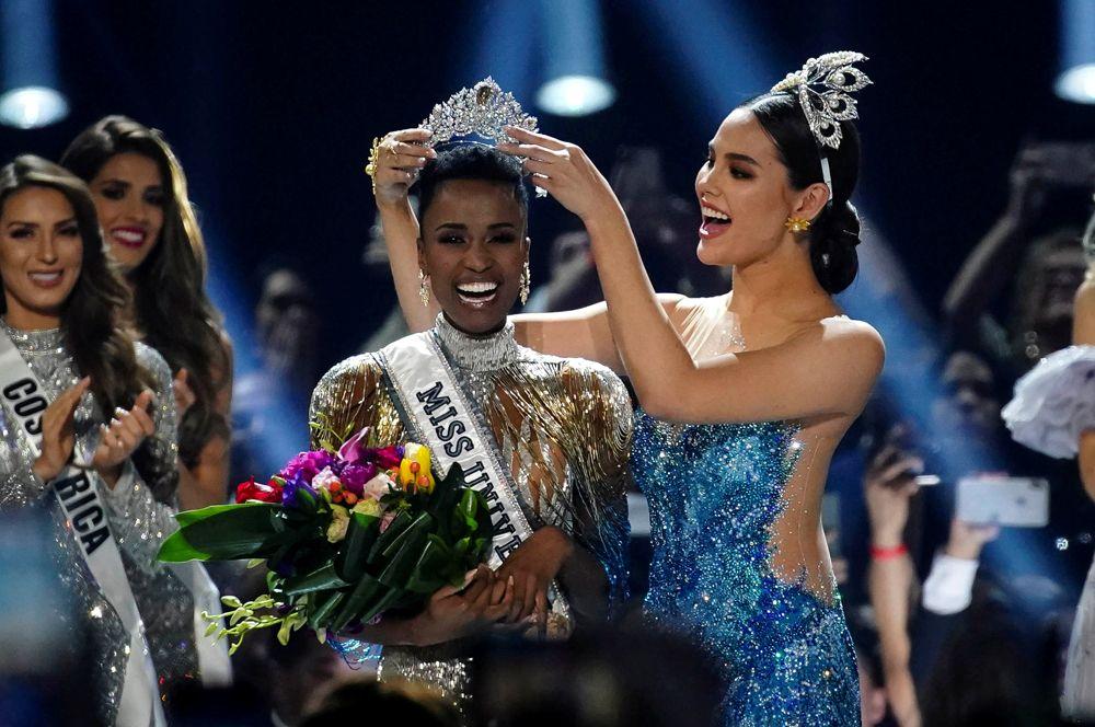 Зозибини Тунзи из ЮАР, ставшая новой «Мисс Вселенная», на конкурсе в Атланте, США.