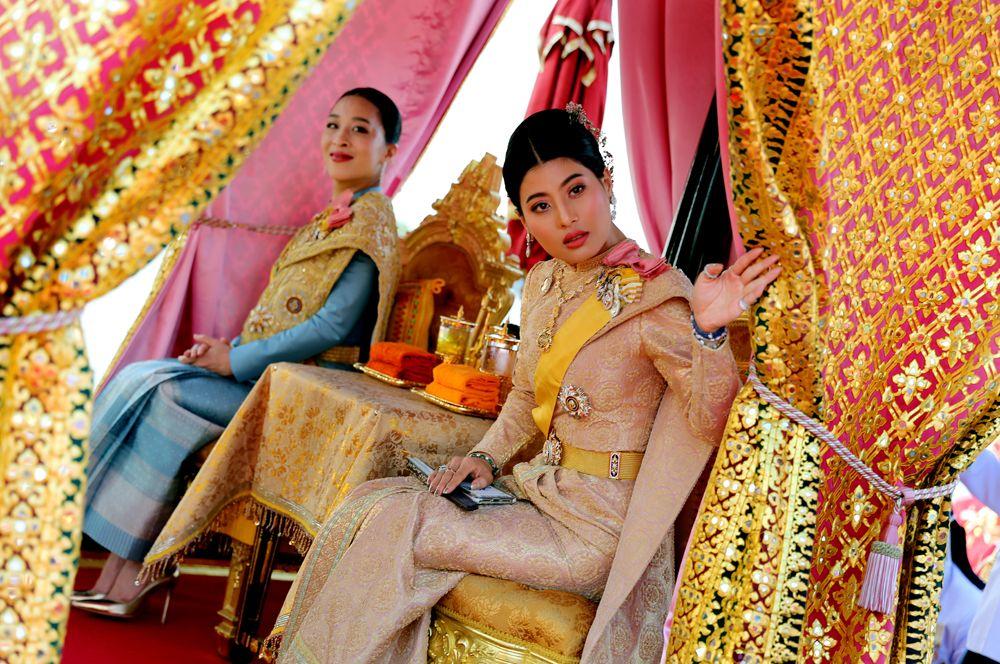 Тайские принцессы Баджракитиябха и Сириваннавари Нариратана принимают участие в шествии королевских барж на реке Чао Прайя в Бангкоке.