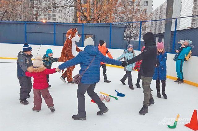 Традиционный хоровод с гостями праздника, которые не принесли коньки, водил дружелюбный тигр.