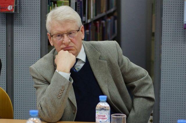 Анатолий Корнеев не ушел из журналистики. Его материалы можно прочитать в городских и окружных изданиях.