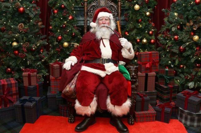 На троих. С кем праздновать – со Святым Николаем, Морозом или Сантой?
