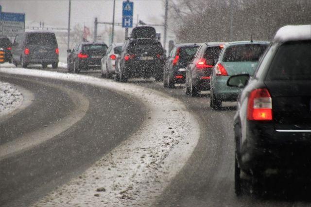 Гигантские пробки говорят о том, что отчаянные водители не побоялись плохой погоды.