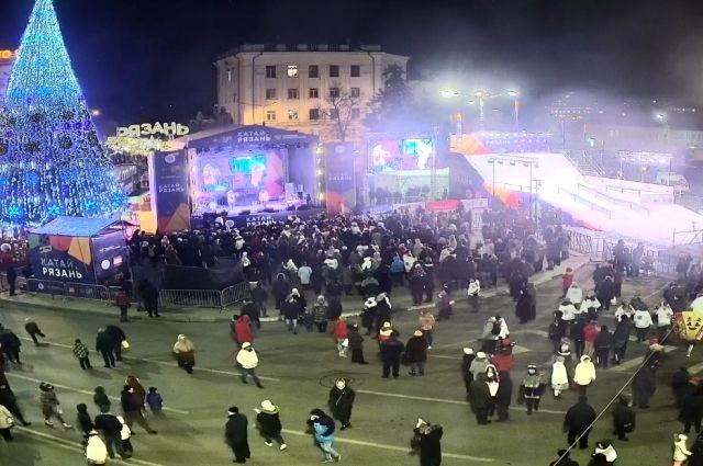 Елка, которую уже неделю обсуждают не только в Рязани, наконец засияла огнями