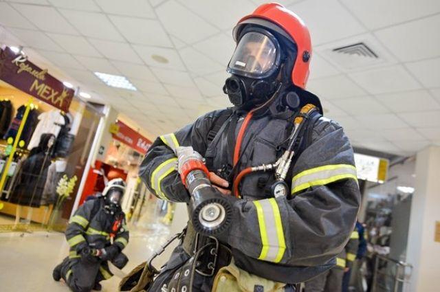 По словам некоторых очевидцев, поклонники исполнителя также мешали пожарным выполнять их работу.