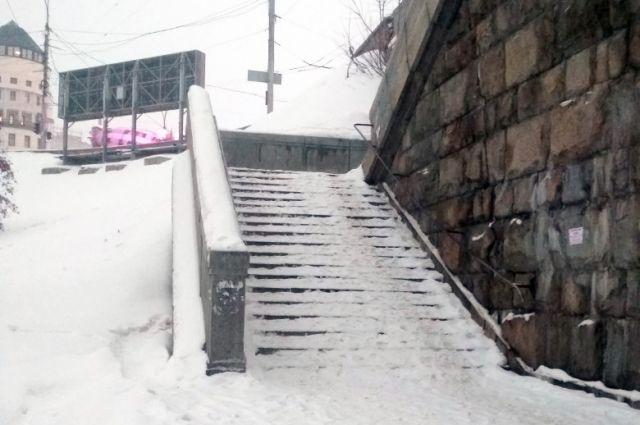 Таких мест, где невозможно пройти из-за нечищенного снега в городе много.