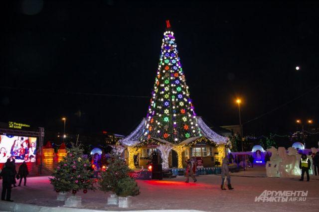 Новосибирскую елку украсят 160 мерцающих снежинок, а также 160 шаров.