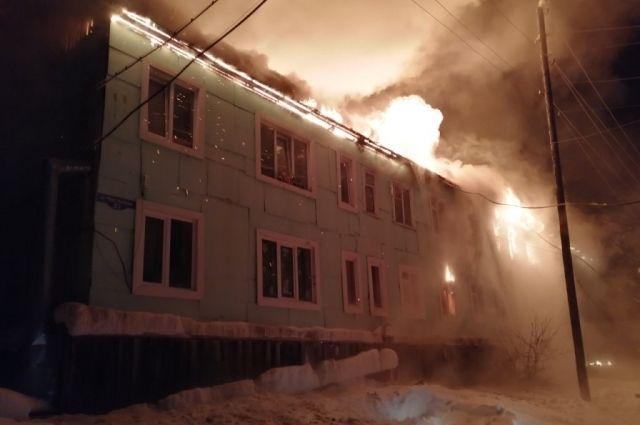 На тушение деревянной двухэтажки у пожарных ушло 7 часов.