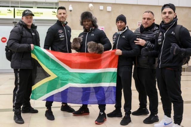 Боксёру из Африки красноярские спортсмены подарили меховую шапку и варежки.