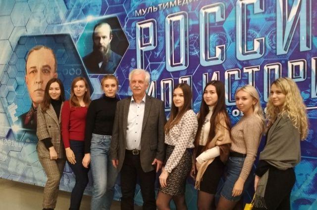 Историк Александр Мясников со студентками одного из омских колледжей.