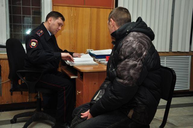 Мужчины находятся в отделе полиции.