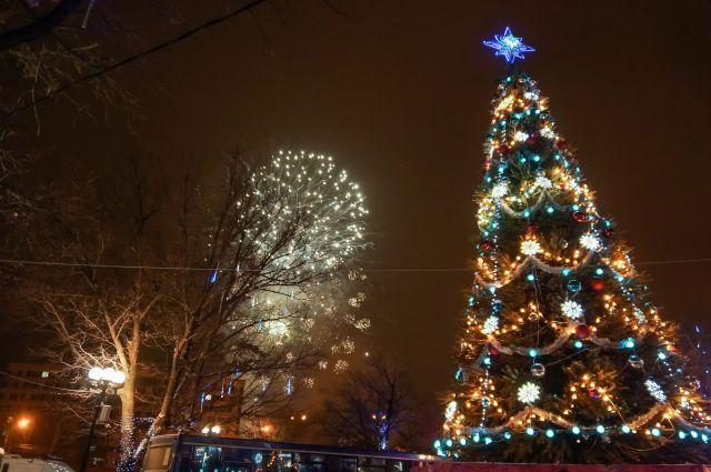 В Оренбурге на неделе начнут открывать новогодние елки.