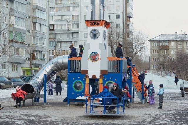 РУСАЛ в Красноярске благоустраивает дворы и устанавливает детские городки