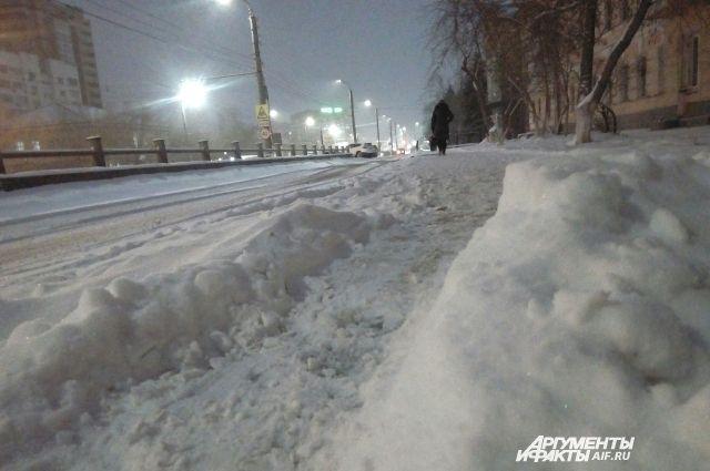 В Оренбурге устраняют последствия первого большого снегопада.