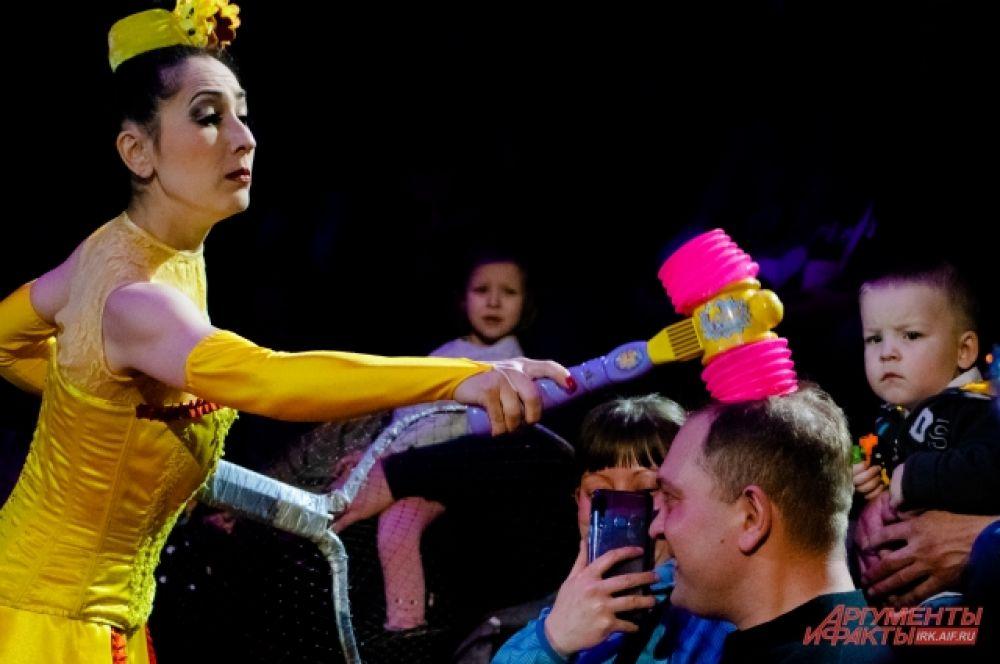По ходу выступления на арену не раз вышел забавный дуэт клоунов Лулу и Алекса.