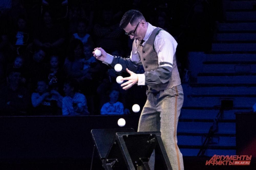 Правда, и у него была своя «фишка»: вместо того, чтобы жонглировать шарами вверх, он жонглировал ими вниз и ловил, когда они отскакивали от разных поверхностей